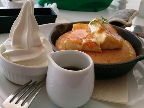 クレームブリュレ窯出しフレンチパンケーキ ~北海道生乳ソフトクリーム添え~